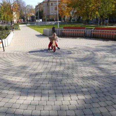 ABeton Livello térkő biciklis kisgyermek