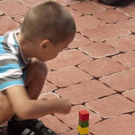 ABeton Nostalit térkő játszó kisfiú