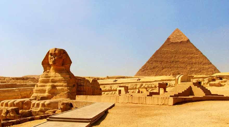 Kheopsz fáraó piramisa előtérbe a Szfinxel