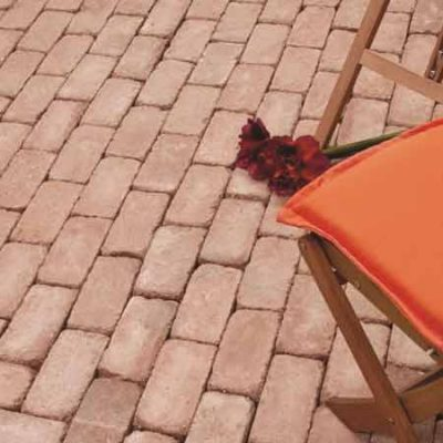 ABeton antik betontégla székkel és virággal