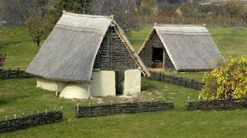 Föld és növényi anyagú építmények az őskorban