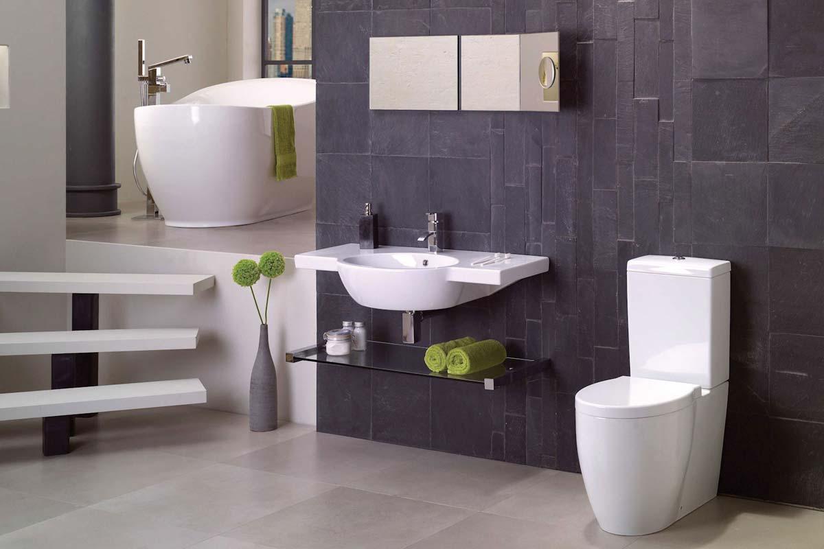 Lila, fehér és zöld fürdőszoba, káddal, mosdóval és wc-vel